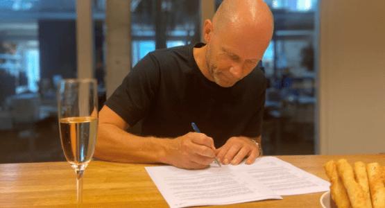 Hans Faber tekent voor zijn thriller 'De journalist'