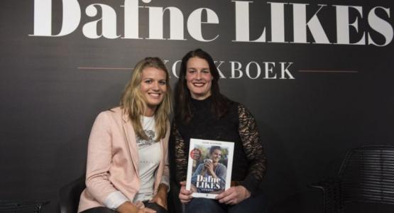 Het eerste exemplaar van het 'Dafne Likes Kookboek'.