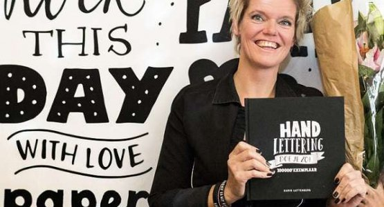 100.000e exemplaar 'Handlettering doe je zo!' uitgereikt!