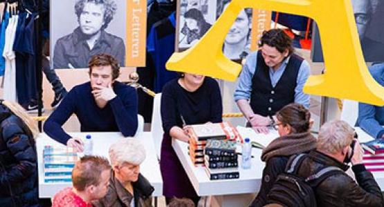 Hugo Borst en Erik Jan Harmens signeren tijdens Feest der Letteren