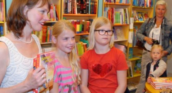 Schrijfster Enne Koens overhandigt prijswinnaars eerste boek